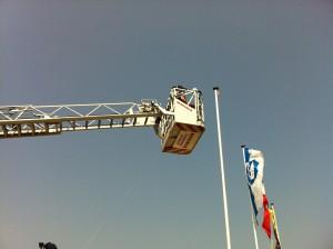 Mit schwerer Technik der Feuerwehr wird die Windom errichtet