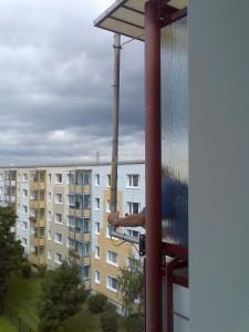 Klaus richtet das Antennenkabel